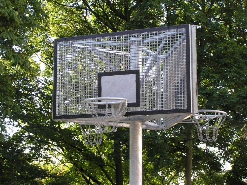 Dreiseitige Basketballanlage
